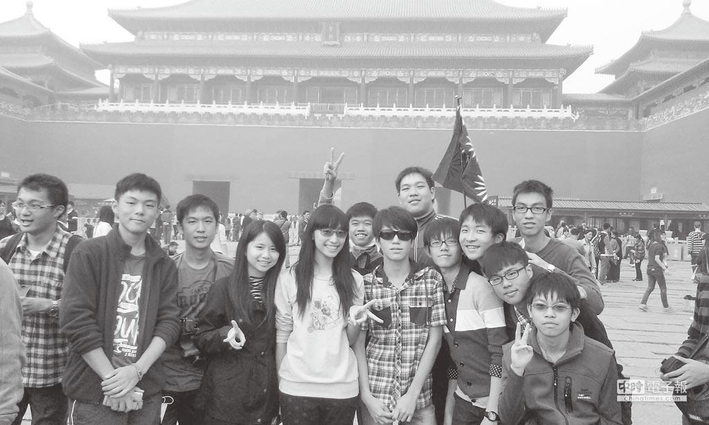 作者黃映真(左4)與小夥伴在天安門廣場合影。(作者提供)