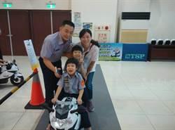 慶祝警察節 小小員警模擬指揮交通