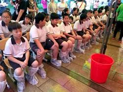 彰化信義國中小畢典 塑膠鞋套克難防水 花壇國小先考過CPR才能畢業