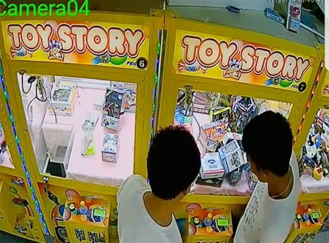 賴男(右)不投幣反而以下半身來回頂撞娃娃機台,讓商品掉落至取物口。(翻攝自臉書夾娃娃機交流社團)