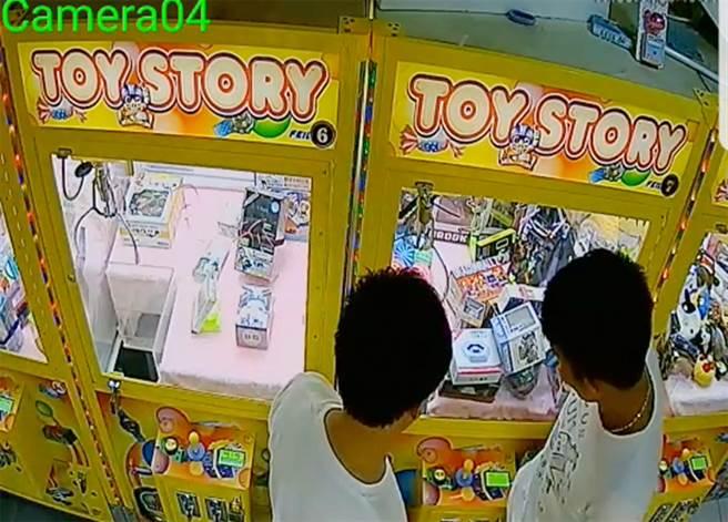 賴男(右)頂撞娃娃機台的影片被PO至臉書《夾娃娃機交流社團》,於是自行投案,但澄清是用大腿。( 翻攝自臉書夾娃娃機交流社團)