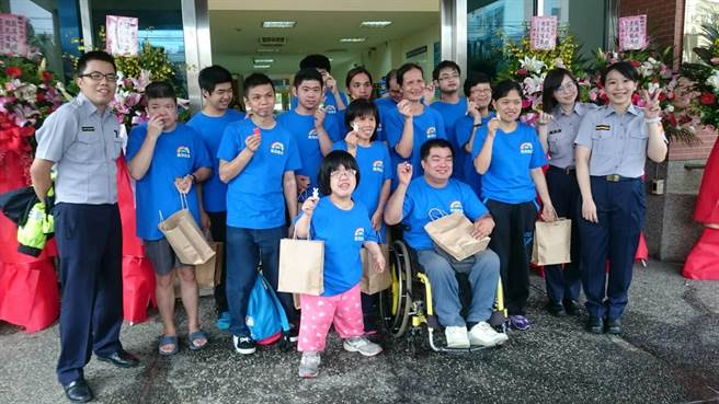 大华地区洗衣店员共15人,也到分局参与集点活动。(叶臻摄)