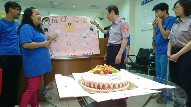 大华地区洗衣店员写下感谢的话,并与员警一同切蛋糕。(叶臻摄)