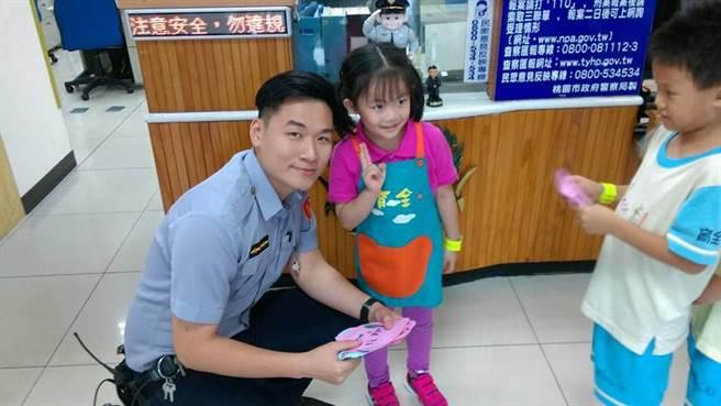 育全幼儿园学童与员警互动欢乐。(叶臻翻摄)