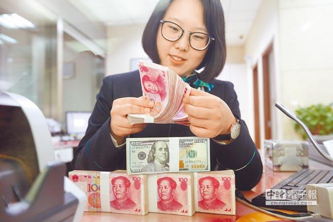 銀行工作人員清點貨幣。(中新社資料照片)