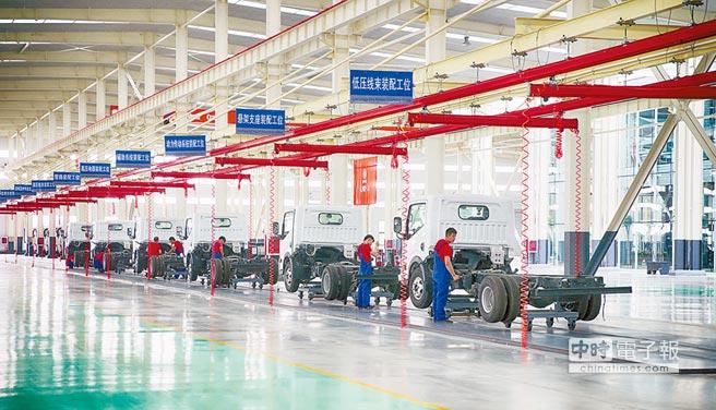 山東新能源汽車公司工人8日在生產線忙碌。(新華社)