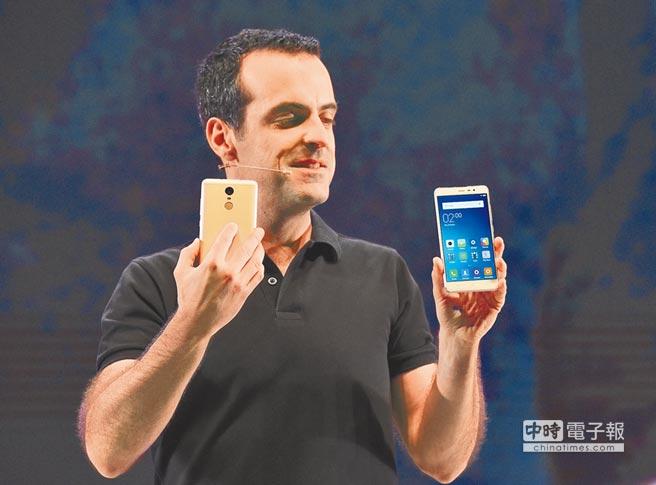 2016年3月3日,印度首都新德里,小米科技全球副總裁雨果.巴拉在發布會上展示紅米Note 3手機。(新華社)