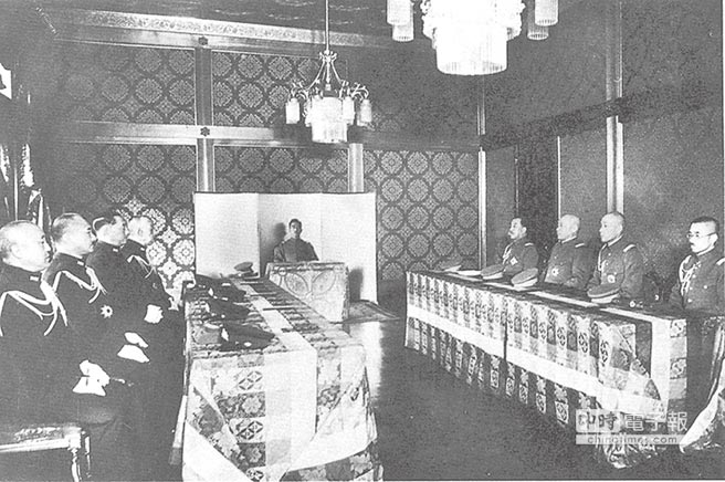 1938年1月11日,日本裕仁天皇出席御前會議。(本報系資料照片)