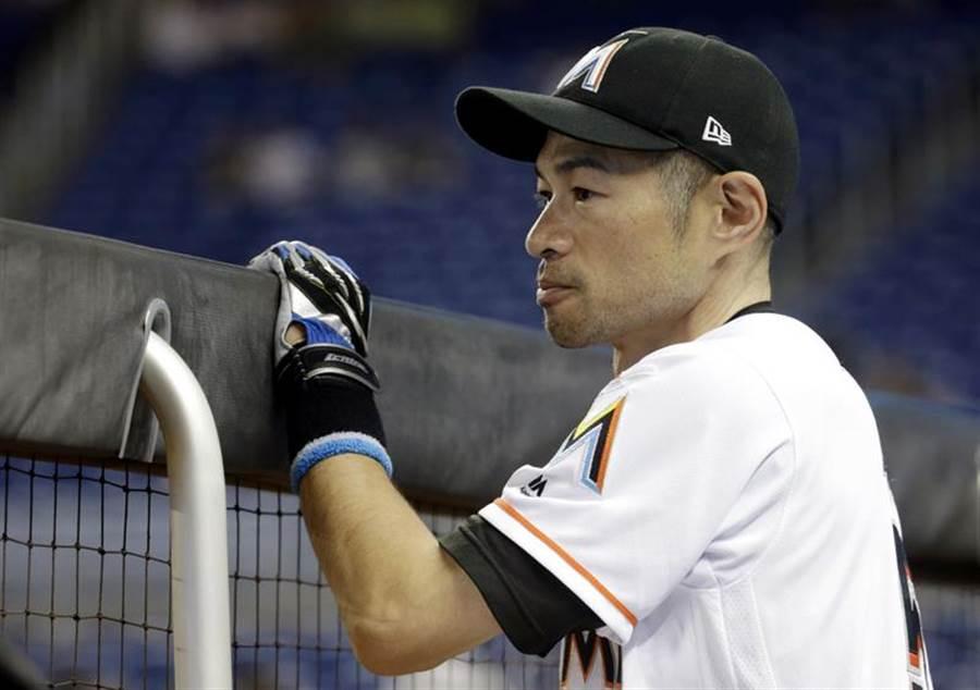 鈴木一朗在休息室看球,後來獲代打機會建功。(美聯社)