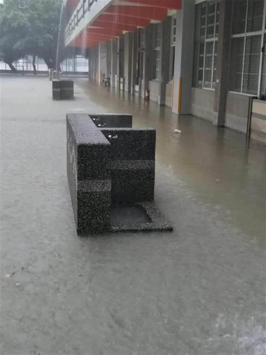 雲林褒忠復興國小積水30公分緊急停課。(雲林縣府提供)