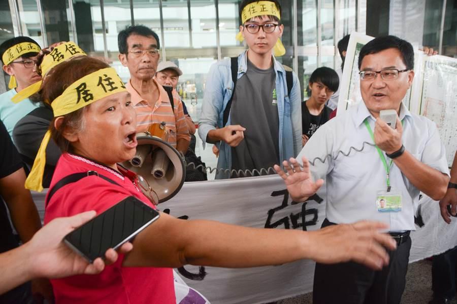地主陳文華妻子、65歲詹雅琴(左)在土開處長吳宗明(右)解釋時,當面怒指他「胡說八道」,強調市府之前根本沒理會他們反對拆遷的聲音。(林宏聰攝)