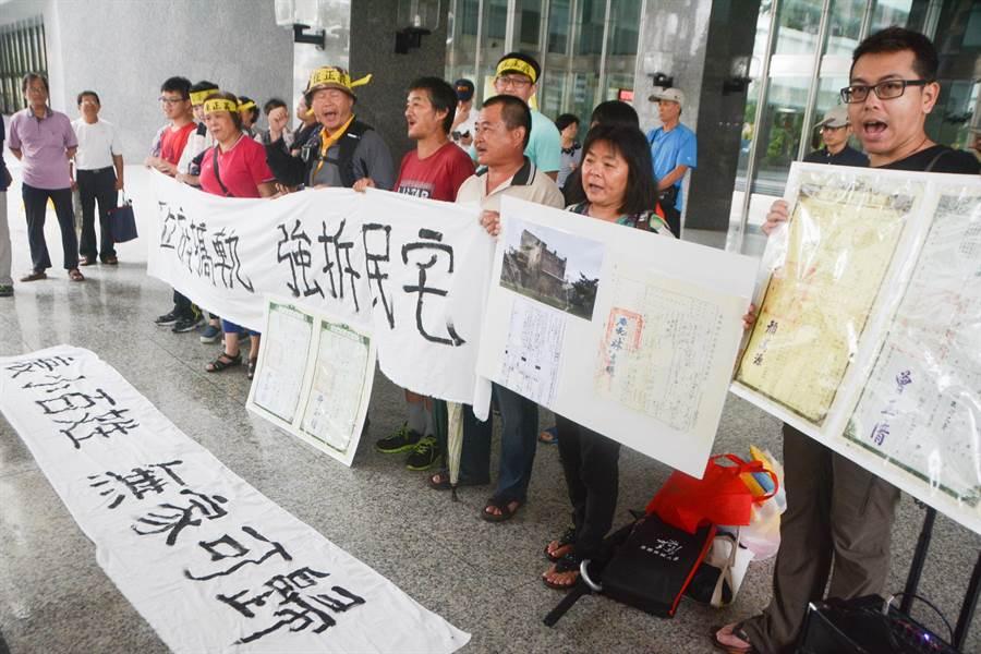 陳家在公民團體協助下,組成「鳳山鐵路地下重劃自救會」,15日上午前往市府門口抗議。(林宏聰攝)
