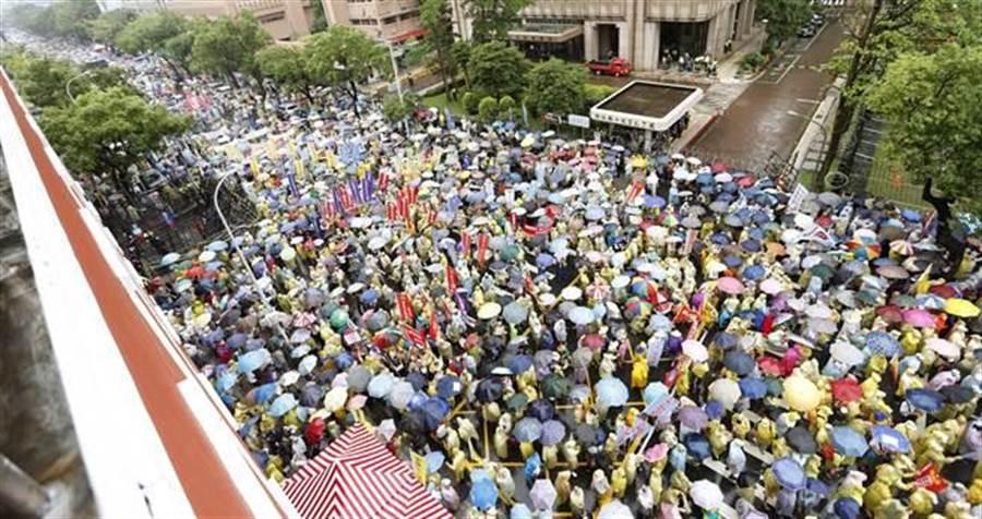 反年改團體15日在立法院外抗議,參與的公務人員大隊及警消大隊成員將立法院群賢樓外的濟南路塞滿。(姚志平攝)