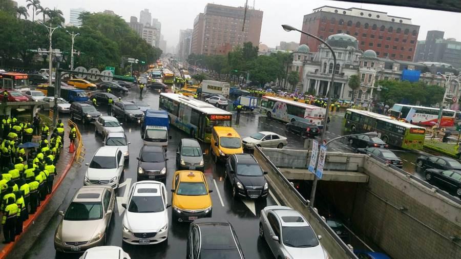 反年改遊行,台北市交通大打結。(圖/網友提供)
