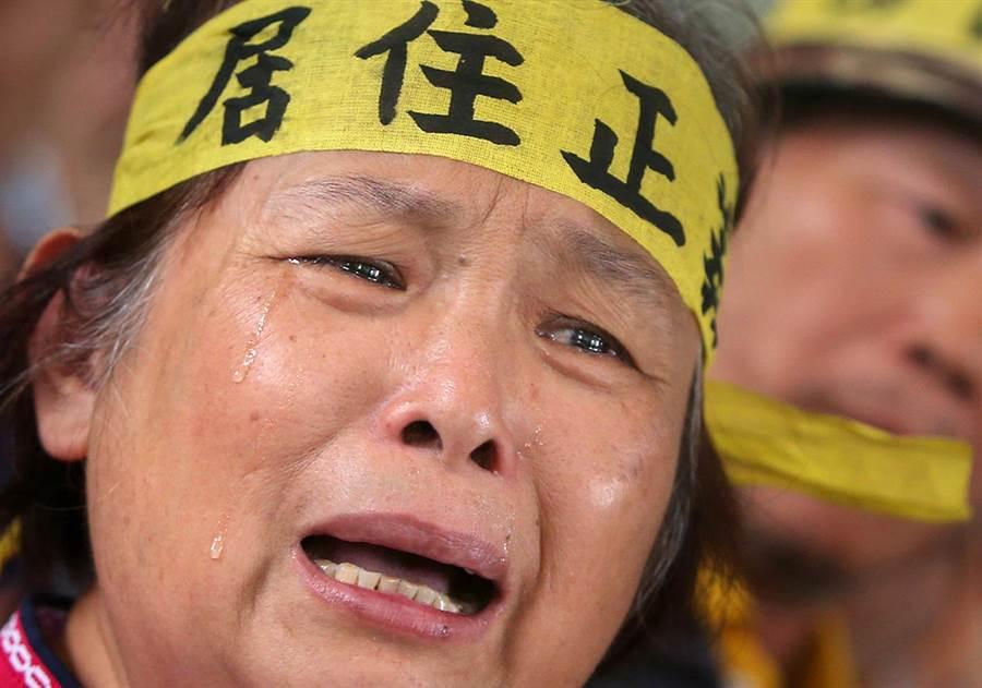 陳文華妻子詹雅琴(中)泣訴:「市長陳菊妳是可愛的花媽,為什麼變成鴨霸強拆民屋的陳菊?難道要逼我和房子共存亡?」(王錦河攝)