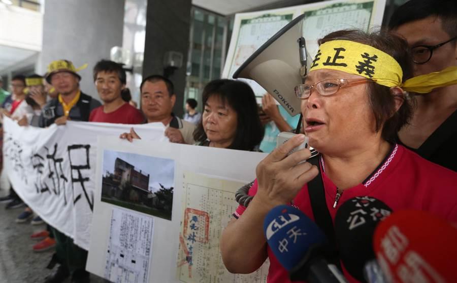 陳文華妻子詹雅琴(右二)泣訴:「市長陳菊妳是可愛的花媽,為什麼變成鴨霸強拆民屋的陳菊?難道要逼我和房子共存亡?」。(王錦河攝)