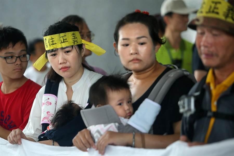 陳文華媳婦鄭資晨(前排左二起)和女兒陳美孜懷中各抱著未滿1歲的女兒和兒子也一同陳情抗爭,兩人幾度泣訴孩子才剛出生,強拆後全家將流離失所。(王錦河攝)