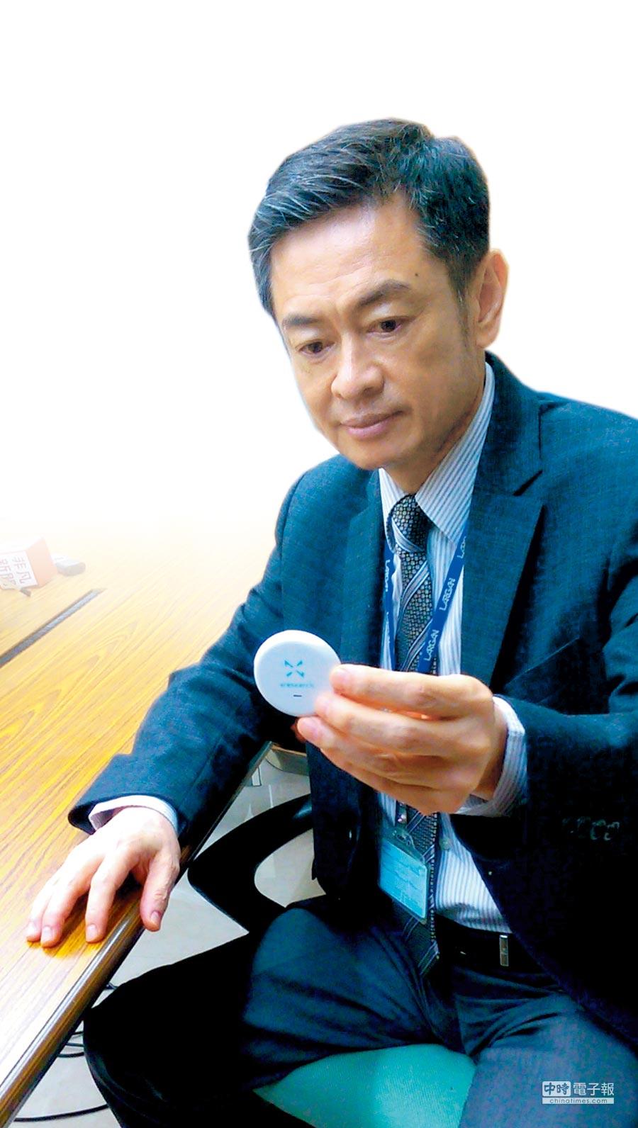 大立光透過旗下大立雲康公司投入ECG(心電圖測量器)領域,透過一個粉餅盒大小的機器,可取代患者全身的貼片,目前已取得美國FDA核准,圖為大立光執行長林恩平手持該項產品。圖/王中一