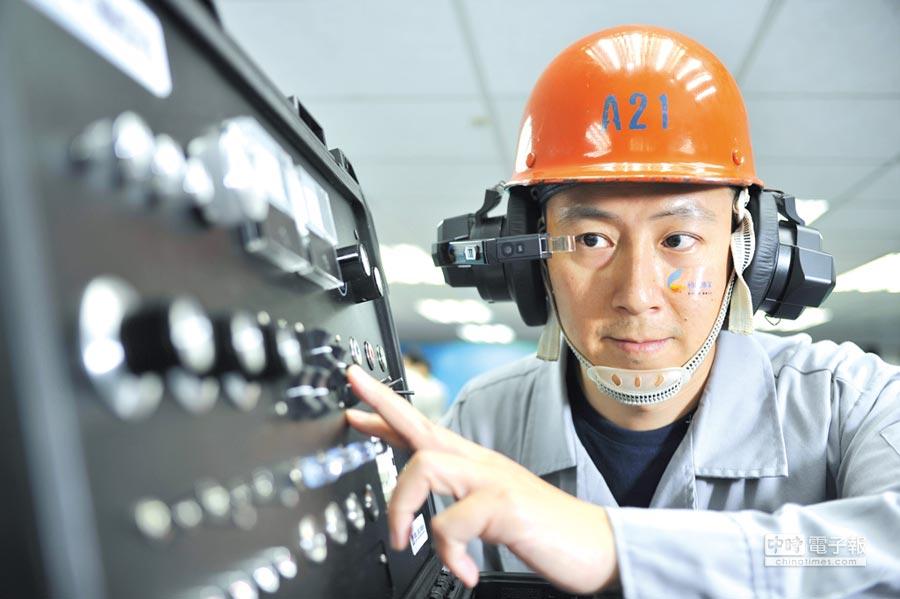 圖為資策會與中鋼、及智慧眼鏡業者共同開發的智慧眼鏡頭盔。圖/工研院提供