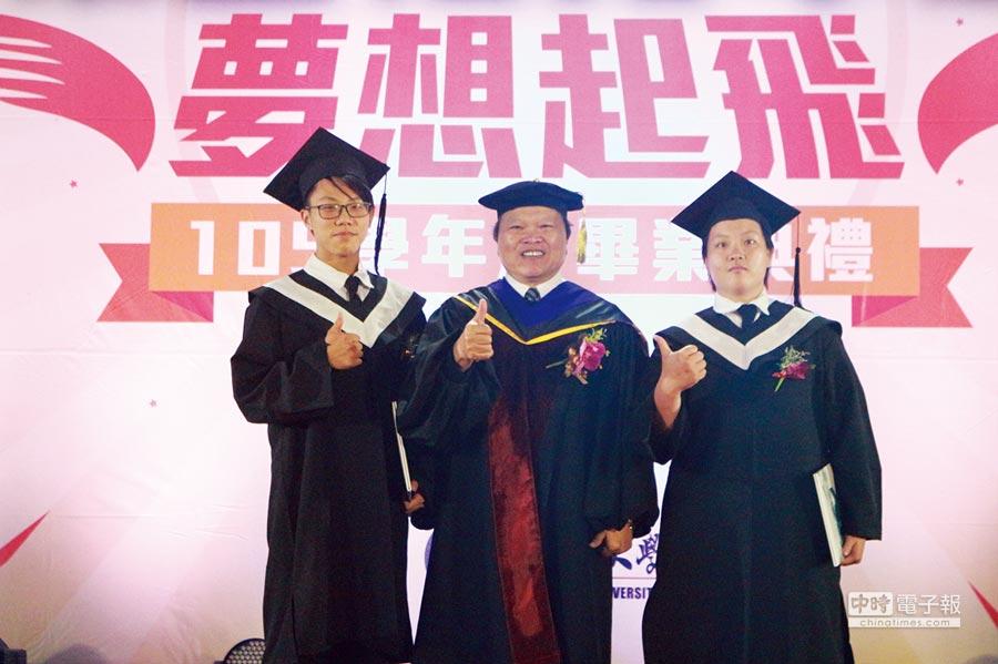 醒吾科大校長周燦德(中)頒發畢業獎狀給優秀畢業生。圖/醒吾科大提供
