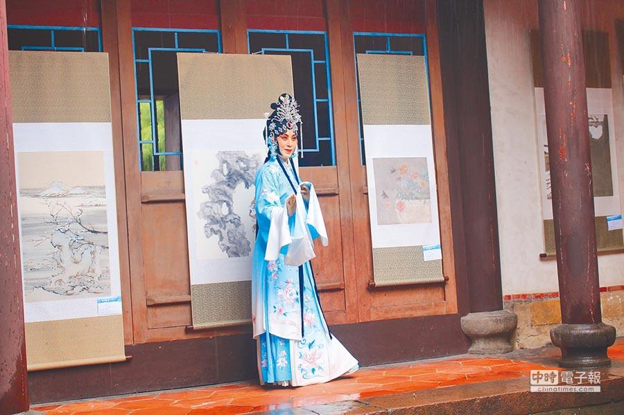 江蘇文化藝術節在板橋林家花園開幕,在古色古香簷廊下,演出現代京劇「青衣」片段。(楊家鑫攝)