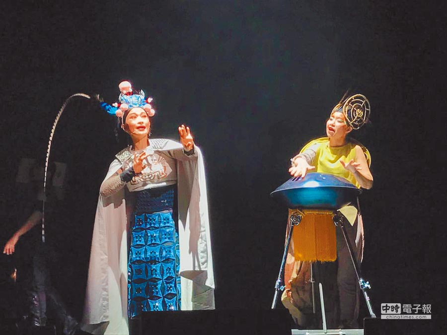 朱勝麗(左)飾演的木蘭與打擊樂家吳思珊飾演的「木蘭保護神」鹿妃。(趙靜瑜攝)