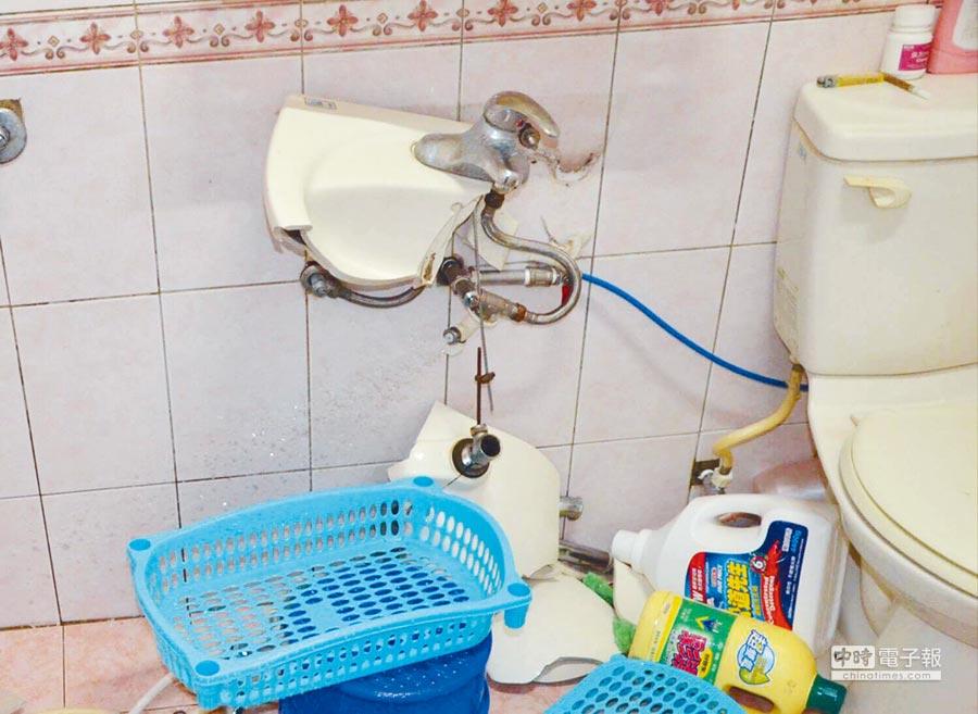 洗手台成殺人凶器?台南發生一起離奇命案,男子赤裸橫死自家浴室,警方研判死者可能洗澡時,雙手握壓洗手台,導致洗手台破裂割傷手腳致死,浴室一片狼藉。(曹婷婷翻攝)