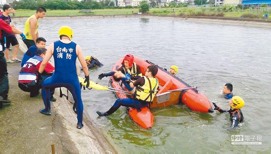 16歲的陳姓少年剛從善化國中畢業,14日下午與友人相偕到私人魚塭釣魚,為撿釣竿不幸落水溺斃。(莊曜聰翻攝)