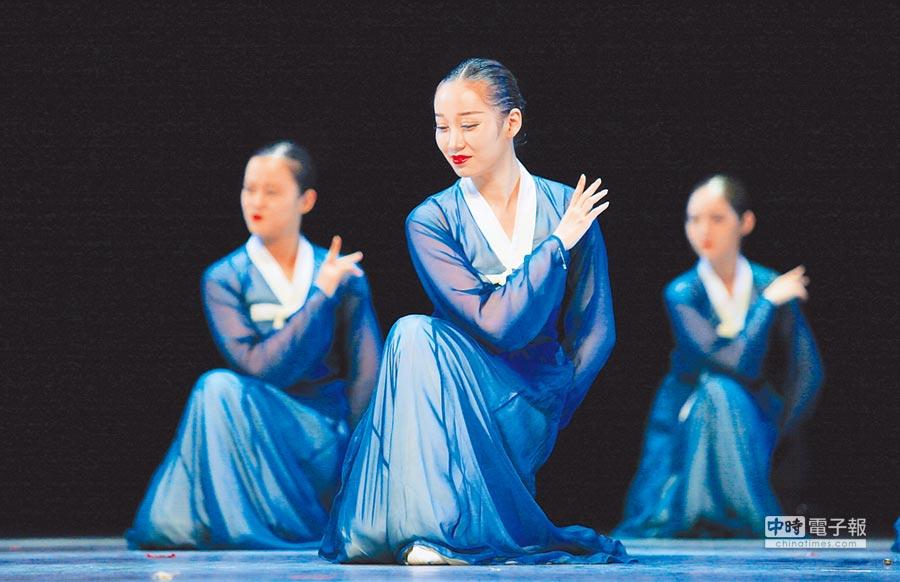 來自吉林高校的學生表演朝鮮族舞蹈。(新華社資料照片)
