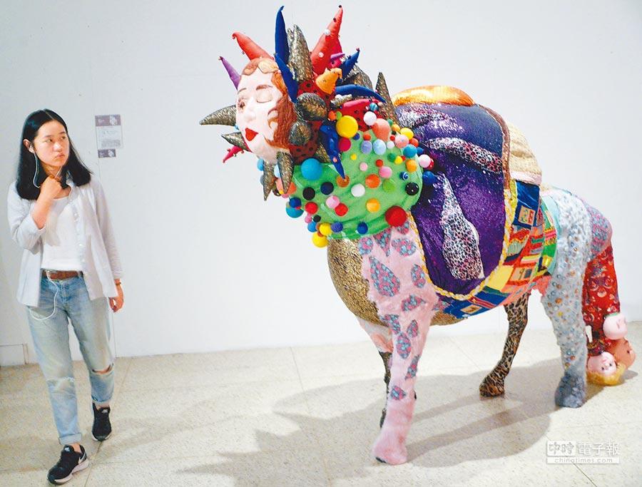 6月6日,參觀者在2017中國美術學院優秀畢業作品展上欣賞纖維作品《我的黃金時代》。(新華社)