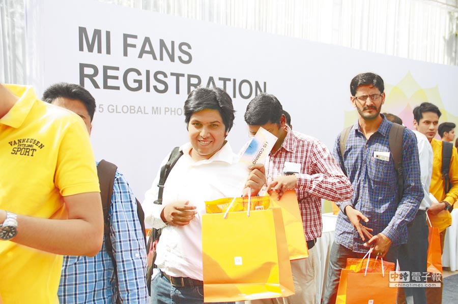 印度首都新德里,「米粉」排隊入場搶看小米手機發表。(新華社資料照片)