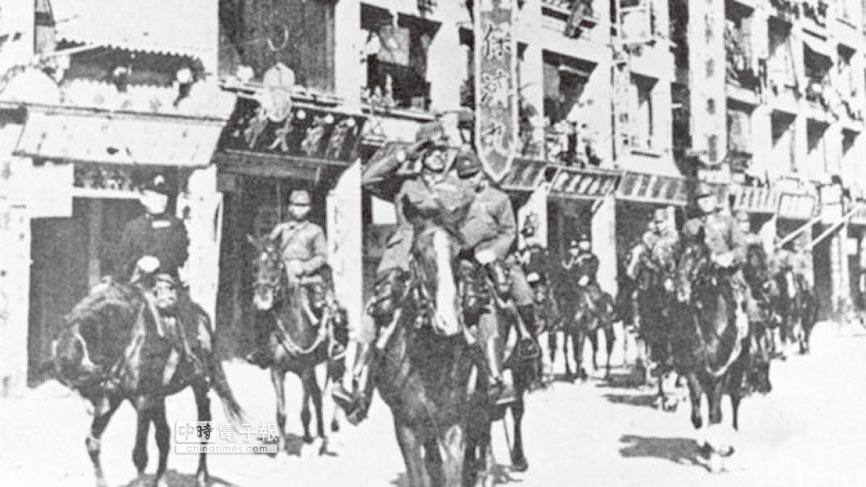 日軍在香港街頭巡視。(摘自網路)