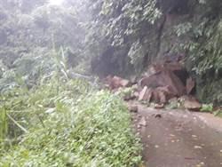 大雨下不停 台中太平山區道路土石崩落