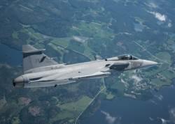 瑞典「獅鷲」E最新戰機首飛 2019交機