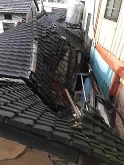 暴雨沖垮土角厝屋頂 婦人遭壓傷:「救人喔!」