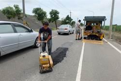 豪大雨加速路面凹陷 北港鎮公所搶修
