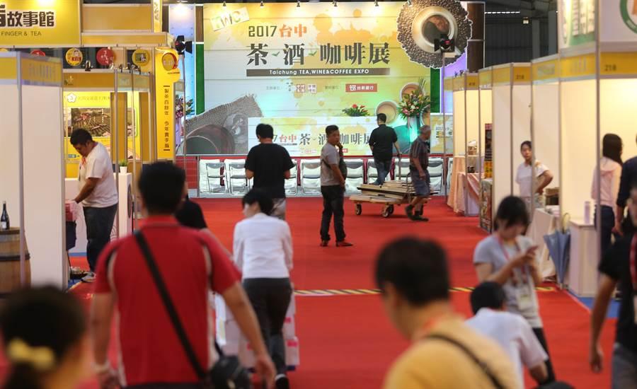 2017茶酒咖啡展,今日在台中中時國際會展中心盛大開幕,一早廠商陸陸續續進場佈置,要將最好的呈現給民眾。(黃國峰攝)