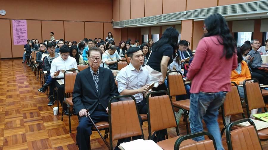 資深股市投資人阿土伯(左)親自出席彰銀股東會。(林資傑攝)