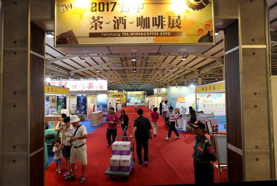 2017台中茶酒咖啡展,今日11時在台中中時國際會展中心盛大開幕,一早廠商陸陸續續進場佈置,要將最好的呈現給民眾。(黃國峰攝)