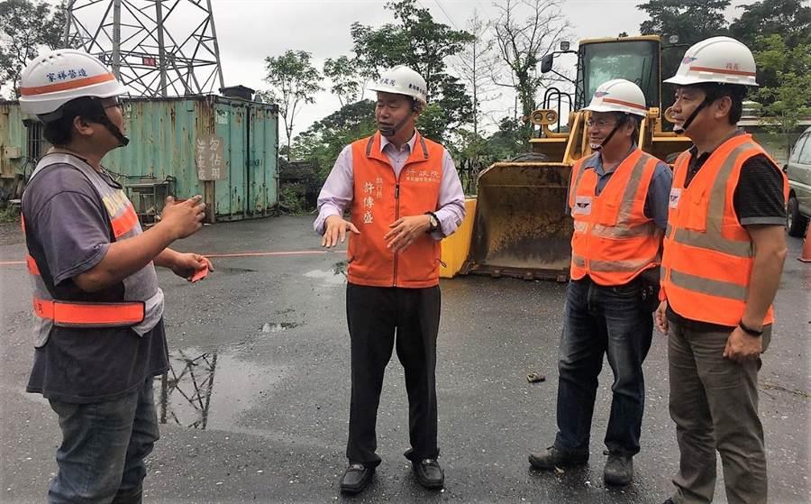 行政院東部聯合服務中心執行長許傳盛(左2)關心關心中橫公路災防準備工作。(楊漢聲翻攝)