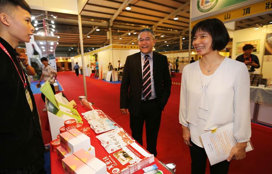 台中市副市長林依瑩(右起)在《中國時報》副總編輯蔡水星陪同下,關心台中參展廠商。(黃國峰攝)