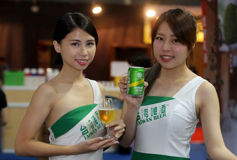 台灣菸酒公司帶來新上市的罐裝18天台灣生啤酒。(黃國峰攝) (飲酒過量有礙健康)