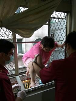 忘帶鑰匙攀爬入屋 婦人卡3樓陽台鐵架