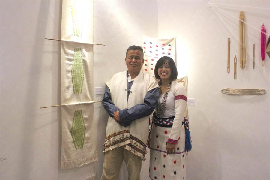 太魯閣工藝師徐昱萱(右)因接觸織布,喚起父親過去替母親製作機具的記憶。(張祈攝)