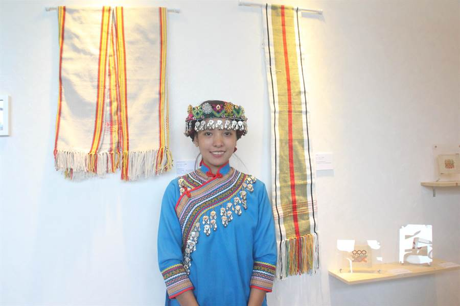 24歲的布農族工藝師邱夢馨在在86歲祖母的口頭指導下學習織布,他說投入工藝的初衷很簡單,就是替家人做衣服,現在已經完成一件了,未來會一直做下去。(張祈攝)