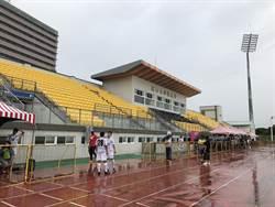 看球得淋雨 騎車閃飛球 世大運足球場問題多