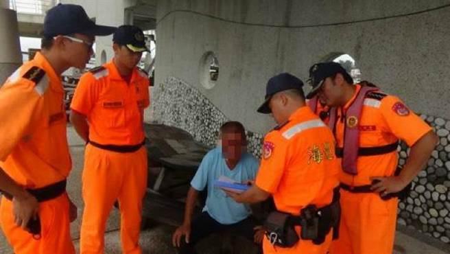 吳姓通緝犯被逮時,顯得一臉無辜。(呂妍庭翻攝)