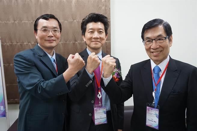 國際手臂移植專家李為平(中)、中研院院士魏福全(右)、高醫學大教授郭耀仁(左)師徒三人同台出席醫療論壇。(柯宗緯攝)