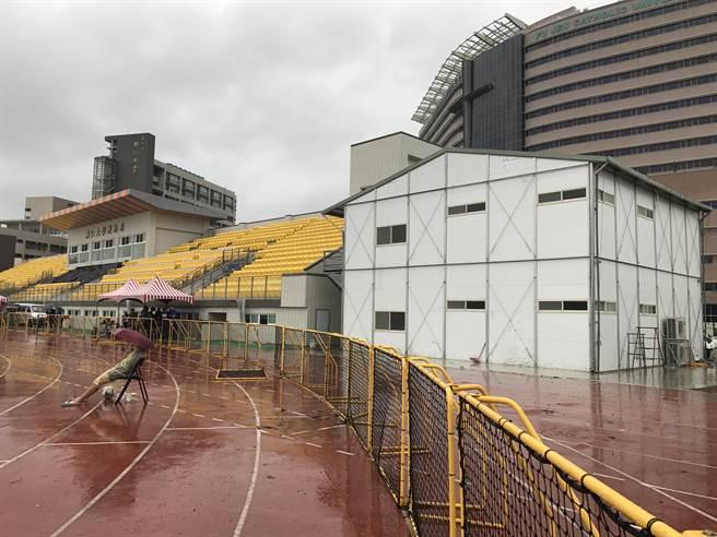 輔大足球場看台右方的兩層組合屋工寮,被規畫為屆時臺北世大運足賽的預備隊休息室。(李弘斌攝)