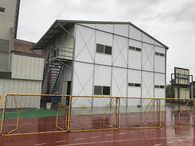 輔大足球場看台興建工程的組合屋工寮,世大運期間被規畫為預備球隊休息室。(李弘斌攝)